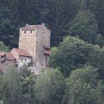Eine der Hauptrouten von Italien durch die Alpen fuehrte frueher durch die Schweiz deswegen wimmelts hier von kleinen Burgen