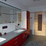 Badezimmer rot Schreiner Waschtisch Spiegelschrank