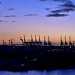 """Zur """" Blauen Stunde """" wirken die Verladekräne des Containerhafens   futuristisch"""