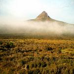Gespenstische Morgenstimmung bei der Cirque Hut am Overland Trek