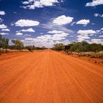 Eine der vielen typischen Sandpisten im Australischen Outback.