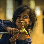 Ein Nepalesisches Mädchen am Wasserhahn