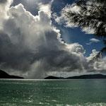 Ein Wolkenspektakel im Hafen von Baie Ste Anne auf Praslin