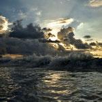 Wellenbrecher am Abend an der Beau Vallon auf Mahe