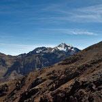 """Auf dem Pass ist der """"Jebel Toubkal"""" , höchster Berg Nordafrikas zu sehen."""