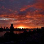 Sonnenuntergang über den Landungsbrücken und dem Hafen