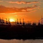 Sonnenuntergang über dem Containerhafen von Hamburg