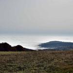 """Während in der """" Hochrhön """" schönstes Wetter ist, sieht man im Tal das Nebelmeer"""