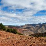 Von der Passhöhe hatten wir eine herrliche Aussicht, auf die zwar kahle, aber doch Farbintensive Landschaft.