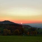 Sonnenuntergang in der Rhön mit dem Ebersberg mit Ruine