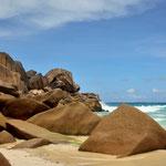 An der Grand Anse auf La Digue sind die Granitfelsen und das Türkisfarbene Meer