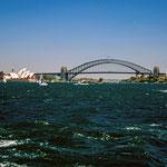 Mit der Fähre im Hafen von Sydney mit dem Opernhaus und der Harbour-Bridge