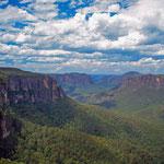 Die Blue Mountains sind ein beliebtes Wandergebiet. Die Eukalyptusbäume verdunsten ein Ätherisches Öl und durch die Lichtbrechung kommt bei Tageslicht die Blaufärbung.