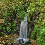 """Unterwegs findet man immer wieder Quelen und Brunnen, wie den """" Goldbrunnen """""""