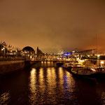 Blick zu den Landungsbrücken von der Fischmarkthalle