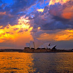 Eines der wahrzeichen Sydneys, das Opernhaus im Abendlicht.