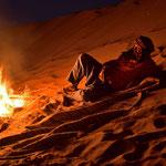 Ein Beduine am Lagerfeuer
