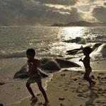 Spielende Kinder am Strand der Anse Source d´Argent auf La Digue, Seychellen