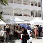 Der wunderschöne Arkadenhof des Kunsthauses bietet Platz für 16 TextildesignerInnen