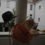 Walli Jungwirths Sommerhüte - wieder  im Arkadengang im 1. Stock