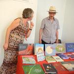 Richard Pils zeigt höchstpersönlich eine Auswahl an Kinderbüchern und Kunstbüchern aus seinem  Verlag Bibliothek der Provinz