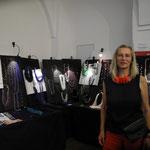 Carin Fürst zeigt  Upcyclingschmuck aus Textil - und Papier-Materialien