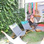 Katzi Steinegger, Handwerkerin  aus dem Waldviertel, zeigt Kopfschmuck und besondere Liegestühle