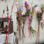 Pila Sippel Witti bietet  im Juli 2018 eines der Workshops: Weben und Flechten mit floralen Materialien