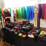 Sylvia Hanacik zeigt Gestreiftes aus Seide und Baumwolle - Schals, Stirnbänder, Mützen