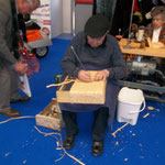 Weaving a straw basket - it's not only the women of Montappone that do it!