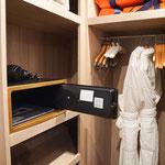 Explorer Suite Kleiderschrank