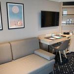 Wohn- & Schlafbereich (nicht getrennt, dafür aber sehr groß, mit Sofa & weiteren Sitzgelegenheiten)