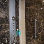 Badezimmer mit Dusche & Whirlwanne (mit Ausblick nach draußen!)