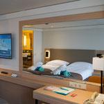 Wohn- & Schlafbereich mit großem Spiegel