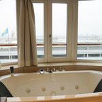 Whirlwanne im Badezimmer (mit Ausblick nach draußen!)
