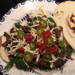 Quesadilla füllen… hier mit Chili-Paste une Jalapeños