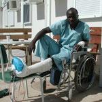Bevis aus Zimbabwe verletzte sich bei seiner Arbeit im Minenfeld, September 2001 © Robert Hansen. Link in die Fotogalerie