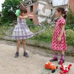 Kinderspielplatz vor einer Kriegsruine in Tschetschenien © Robert Hansen, Link in die Fotogalerie