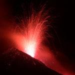 Ausbruch an einem Seitenkrater. Juli 2001 © Robert Hansen. Link in die Fotogalerie