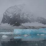 Lichtabsorbierender Eisberg © Robert Hansen. Link in die Fotogalerie