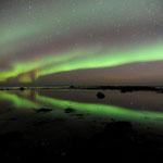 Im Meer reflektierendes Polarlicht bei Bø auf Insel Andøy, Norwegen. 2009 © Robert Hansen. Link in die Fotogalerie