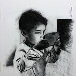 Alex jugando con su tablet - carbón - 50x70