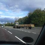 auch das gibt es: Traktor auf der Schnellstraße