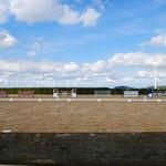 Dressurviereck mit Sicht auf den Springplatz