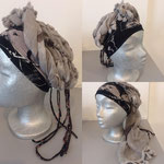 11 zwarte band, lichtgrijze zeer dunne shawl