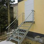 Wangentreppe mit Gitterroststufen und Geländer