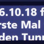 Oktober 2018: Anzeigetafel der AB im Bahnhof St. Gallen zur Eröffnung des Ruckhalden Tunnels. (Aufnahme von Ende September 2018.)