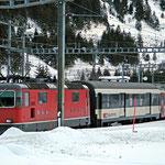 Dezember 2018: Der Bahnhof Göschenen im Schnee. Das Bild zeigt den Zug Locarno - Zürich. (Aufnahme vom Dezember 2011.)
