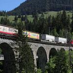 Juni 2020: RhB Güterzug mit Lok Ge 6/6 II auf dem Solis Viadukt. (Aufnahme vom Mai 2020.)