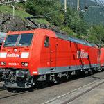 Februar 2018: Railion 185 098-1 in vierer Traktion im Bahnhof Wassen (Aufnahme vom September 2008).